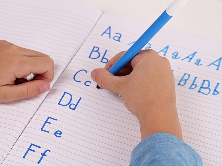 écriture cursive enfants main